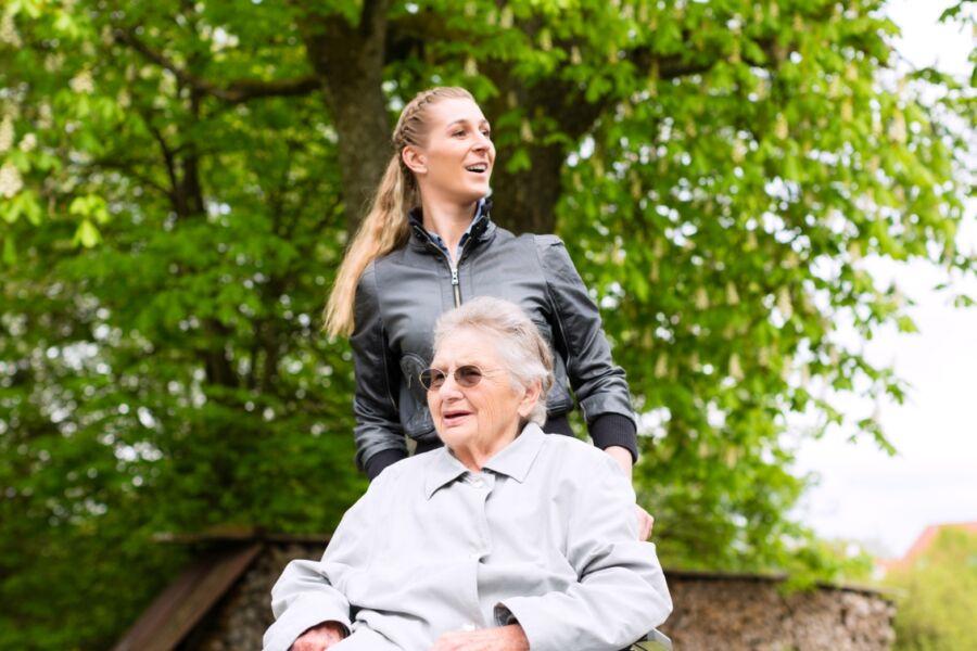 Servizi di accompagnamento a persone anziane-